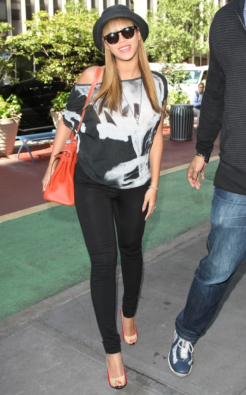 Beyonce Goes Casual In New York And Doesn't Look Pregant ...